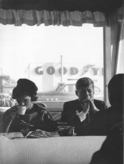 concretematter:  John F. Kennedy and Jackie in a diner in Oregon, Fall, 1959.