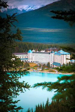 touchdisky:  The Fairmont Château, Lake Louise, Canada by Clickr Bee
