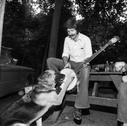 dyingforbadmusic:  Henry Horenstein Banjo Pickin' Dog, Gettysburg Bluegrass Festival, Gettysburg, Pennsylvania, 1974 (via Henry Horenstein, Banjo Pickin' Dog)