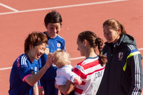 nice moment between Nadeshiko Japan and USWNT players after their 1-1 game in the Algarve Cup. (x)