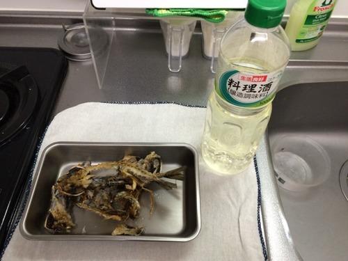 出汁(だし)の材料の魚の骨と酒