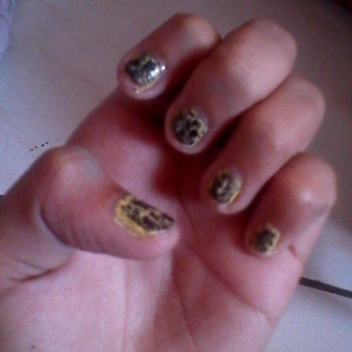 Bago nanaman. =))))) #cracked #crackednails #crackle #black #yellow #blackandyellow #yellowandblack #new #nails