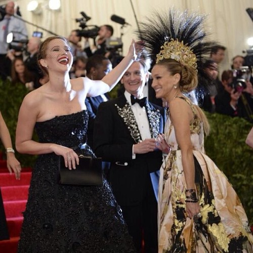 I love how this photo describes both these woman #perfectly :) #sjp #jenniferlawrence #fashion #metgala #headpiece #dior #sarahjessicaparker #love #werk #life #today #tonight #perfection
