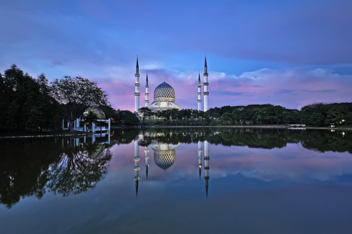 Blue Mosque at Blue Hour by Tuah Roslan on Flickr.