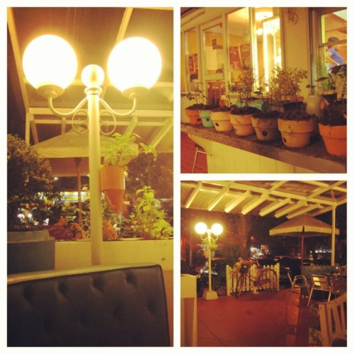 Fancy and cozy outdoors #picstitch #design #architecture #chic #instagood #instamood #instagram #dinnerdate #dessert  (at Fancy Crepes)