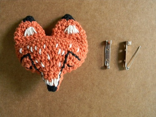 podkins:  I blogged about pica - pau and her delightful fox pins back here  but didn't share the pattern.  I know have, and you can see it on her gorgeous Spanish blog via the link.