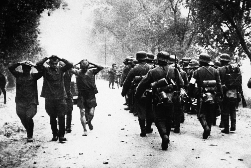 obuswolf:  Russians surrendering to the Germans during Operation Barbarossa, 1941