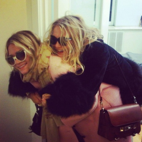 mary-kateandashleyolsen:  RARE! Ashley & Mary-Kate being cute
