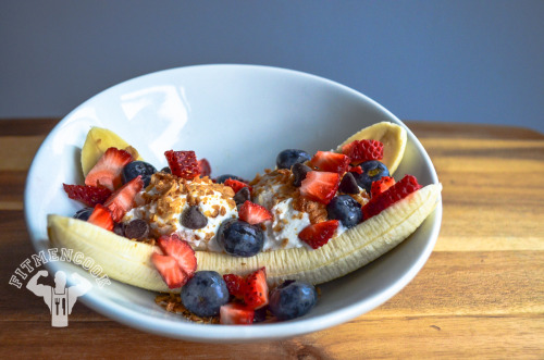 Post-workout cardio meal: the Fit Men Cook Protein Banana Split! Feed the muscles. Boom. (traduccion abajo) [[MORE]] Ingredients: 1 medium banana, 3/4 cup nonfat Greek yogurt mixed with 1/2 scoop isolate whey protein, 1 strawberry, 1/4 cup blueberries, 1 large tbsp granola, 1 tbsp dark chocolate chips. Approx macros: 383 calories, 32g protein, 53g carbs, 7g fat.  ADJUST to complement your fitness goals.  Comida despues de cardio: el Banana Split de #FitMenCook! Alimenta a tus músculos. Bum. Ingredientes: 1 plátano mediano, 3/4 de taza de yogur griego sin grasa mezclada con 1/2 cucharada de proteína de suero de leche, 1 fresa, 1/4 taza de arándanos, 1 gran cucharada de granola, 1 cucharada de virutas de chocolate oscuro. Macros Aprox: 383 calorías, 32g de proteínas, 53g de carbohidratos, 7g de grasas. Ajusta la receta para cumplir tus objetivos de fitness.
