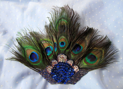 Made this hair clip yesterday. I found the sequin bit on Etsy for $2.75, it used to be a pin. (Seller said it was from the 1950's but I doubt it.) Nice to finally get use for the peacock feathers that's been  laying around for ages. :)