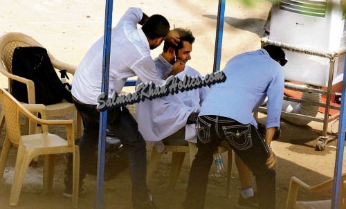 ★ Who Wants to Cut their Hair SUPER CUTE..? Huge pix of Salman Khan cutting his hair in the open on the set of Mental!!!!   Such a down to earth Megastar is Salman Bro <3 May He always Keep Rocking and stay Healthy, Happy and Successful in Life (Amen) <33!!!