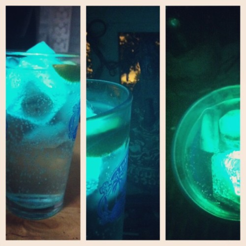 Glowy gin and tonic 👽🍸