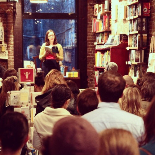 .@amyshearn reading to her lovely fans an excerpt from THE MERMAID OF BROOKLYN last night!