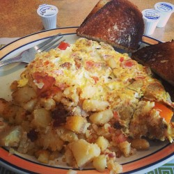 Today's big boy breakfast #farmers #omelet #homefries #rye toast 😉 def at home  (at Acropolis Diner)
