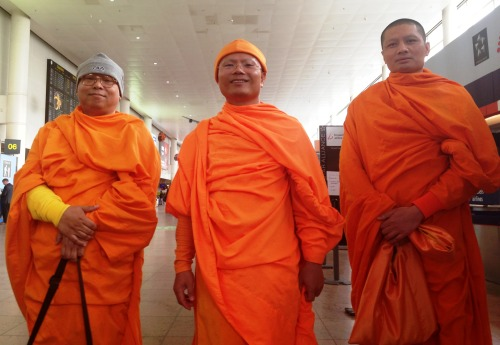 We've spotted some colourful people at our airport today. These three Buddhists were on their way to the International Dhammakaya Society of Belgium in Lede, where they will learn Belgian members of this society how to keep their mind and body in balance.