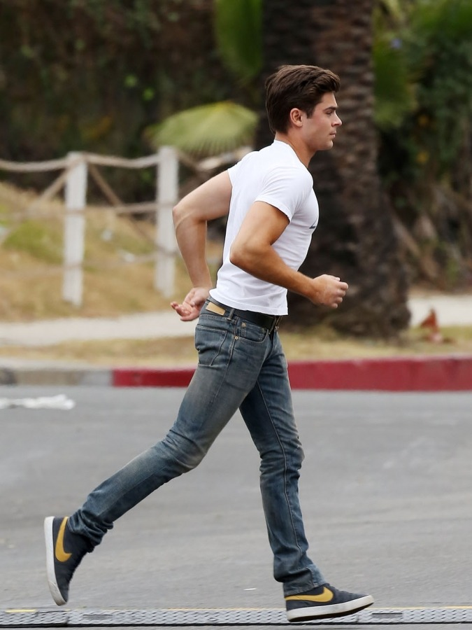 ianarjay:  OMG THAT ASS. Run to me Zac, run to me.