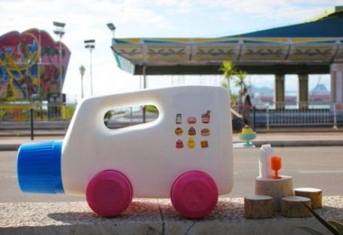 Reciclar brinquedos é uma ótima maneira de ensinar as crianças sobre sustentabilidade. Quando eu era pequeno adora fazer brinquedos com itens velhos que haviam na garagem da minha casa. Você pode ensinar seus filhos a reciclar brinquedos também http://sustentabilidade.esobre.com/brinquedos-reciclados-para-educacao-infantil