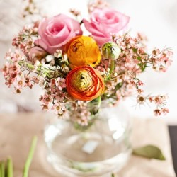 Spring is here with plenty of pretty flowers #flower #spring #pin #roses #vase #glass #friday #fresh