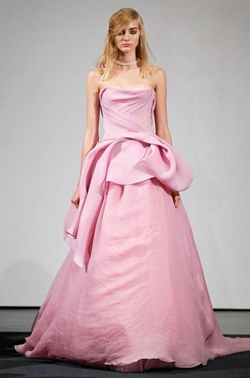 """""""Lạ"""" với những chiếc váy cưới màu hồng"""