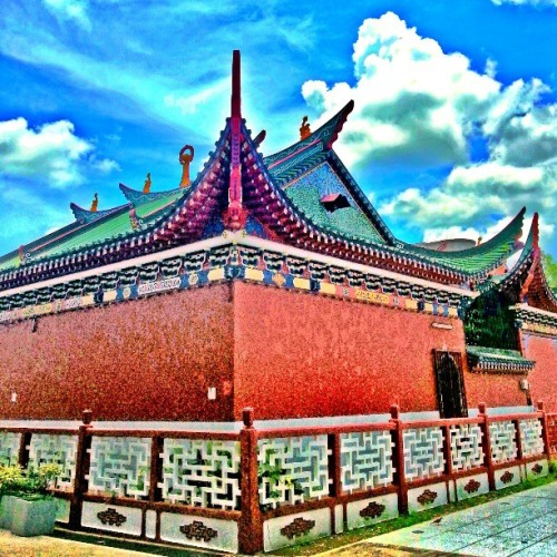 red temple. #giwclouds #brunika #gf_brunei #instabrudroid #temple #mtghdr #hdr #bandarseribegawan #brunei #giwhome  (at Chinese Temple)