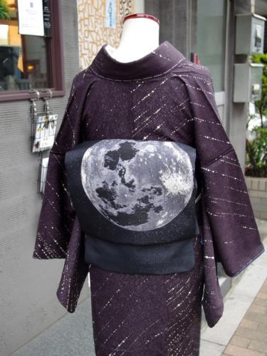kimononagoya:  A moon obi on a purple Kimono with starlight. Maybe it isn't supposed to be starlight, but it gives the impression of one of those time-lapse photos of the night sky to me. Very romantic and a little dreamy. I think this would be a gorgeous outfit to wear in September in prelude for the Moon festival. 126,000円 from Switch