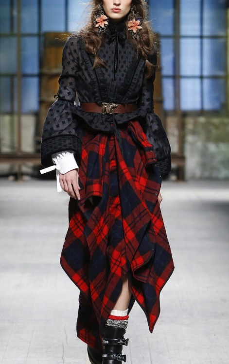 Fashion runway runway details dsquared2 red red plaid belts