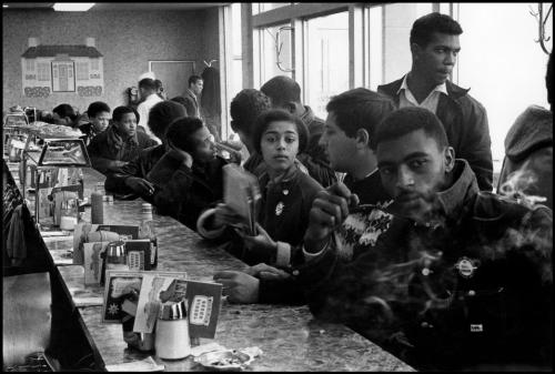 fotojournalismus:  Judy Richardson at a SNCC sit-in protest at a Toddle House in Atlanta, Georgia, 1963. [Credit : Danny Lyon]
