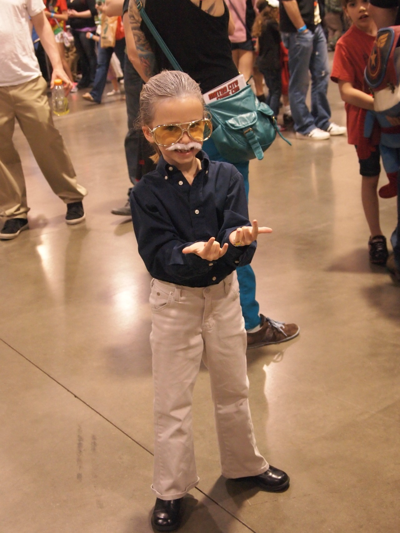 "combonight:  cosmicbrownie:  Little girl dressed as Stan Lee at Motor City Comic con!!!  precious little angel omg  I thought she was about to do ""The Creep."""