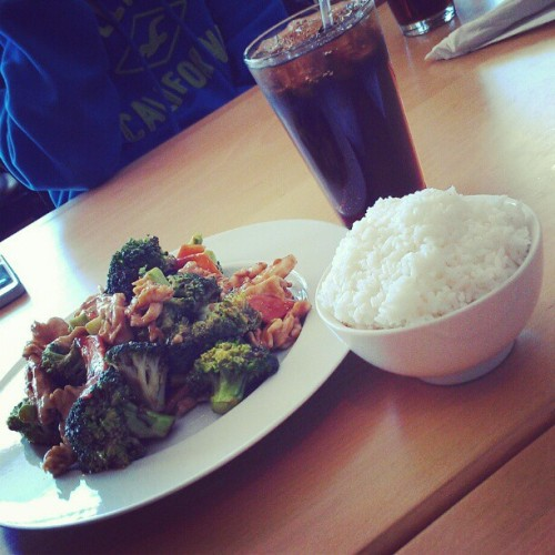 Here having chicken with broccoli at Taipei 101 #chicken