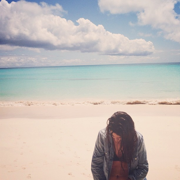 juliebrown:  Whales Bay Beach, Bermuda. #TokenVacaTweet  Girl on a beach.