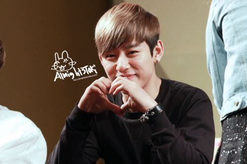 {PHOTOS}[Fanphotos] 130412 One Shot Fansign in Yongsan – Daehyun Part 6 (4P)View Post