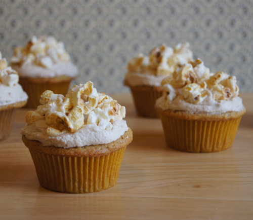 findvegan:  Cornmeal Cupcakes with Maple Frosting & Popcorn!  All of my favorite things right here in a cupcake. hmm