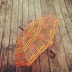 (via CITIZINS — KENTE CLOTH PRINT UMBRELLA)