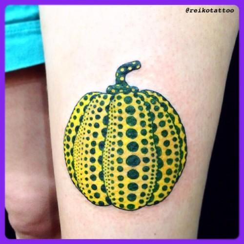 初めて彫った〜‼︎草間ART 💛✨@oldhagapple 大好きっ‼︎ Thank you so much♪♪♪ See you again💋 #pumpkin #dot #YayoiKusama #tattoo #草間彌生 #かぼちゃ #水玉 #タトゥー (Studio Keen)