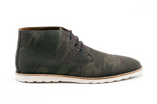 Many thanks to Valentijn from Amsterdam Shoe Co. for forwarding me these camouflage chukka by his dutch footwear company. I do believe that Amsterdam Shoe Co. is one of the emerging shoe-making brands that you should keep your eyes on. Their models, either chukkas, wingtips or lace up's are very clean but bold at the same time. For instance, I really appreciate the kind of camo pattern they used in this case, because it is not as loud as you may find on other shoes, nonetheless it's full of personality.