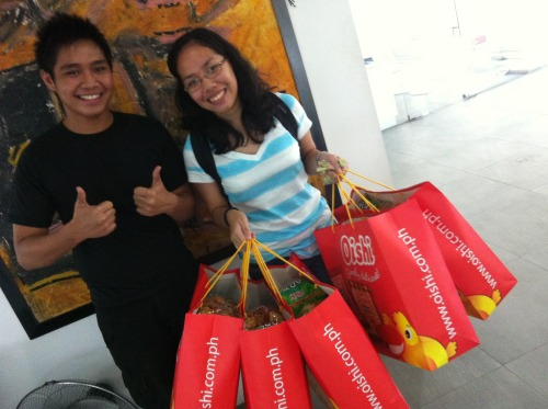 Here's Therese Magbanua claiming her 5 Oishi bags with Leo Bonife, a finalist drummer of The Marty's. :) Congrats! Ms countingcrystals