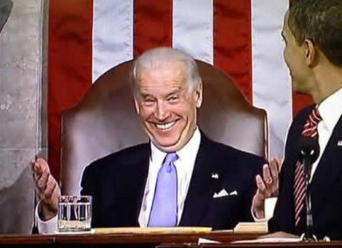 joebidenlookingatstuff:  Joe Biden looking at President Obama while looking like a goof.