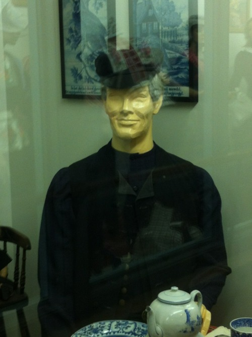 lieano:  lieano:  Is it just me or does this mannequin look like Benedict cumberbatch?  Benedict Cumberdutch