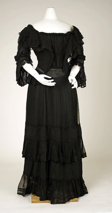 Mourning dress with transforming bodice by Daubricourt, NY, ca 1905 New York, the Metropolitan Museum of Art