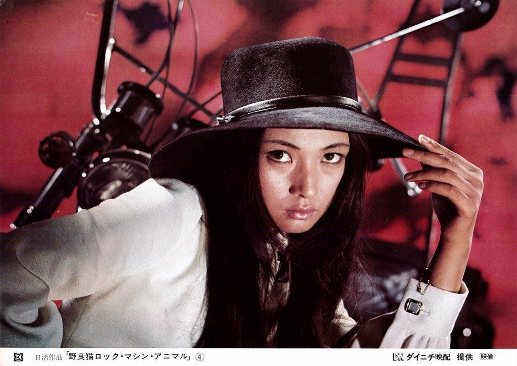 バイクの前で黒いハットをかぶっている梶芽衣子の画像