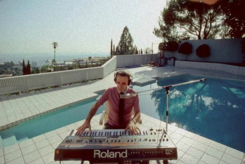 "csillaganizs:  ""I don't always make music by the pool, but when I do, I use Roland."" Giorgio Hansjörg A Férjem Moroder  Medencés, fos szintis kurvaanyádat."