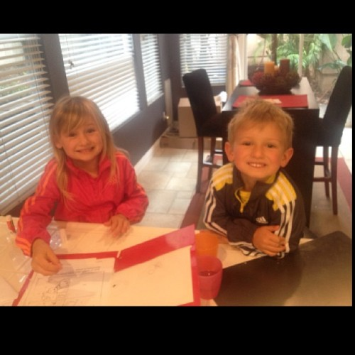 Mornings and homework! Love these 2 lil monkeys 😘💗💗 (at Me Casa)