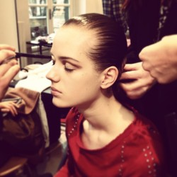 Ultra modern, contoured lids and sleek, shiny ponytails backstage @JilSanderOff. CE #mfw