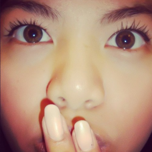 😳 #bigeyes #pinknailpolish #contacts