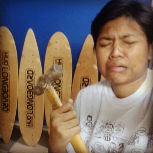 Right hand damn #lenguh like kalahkan orang yang kasi handjob to 50 men wei. Damn lenguh. Don't know how to face the next two weeks like this. All requires my hands!  #tired #selfie #wip #workinprogress #hammer #longboard #artwork #assignment