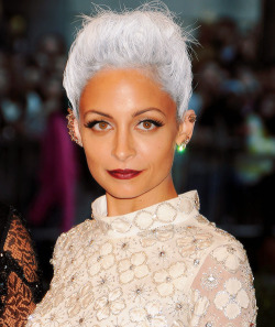 thesubbburbs:  112860:   Nicole Richie attends the Costume Institute Gala   she wasnt playing around, love it!!!!!!!!!!!  i love it so much