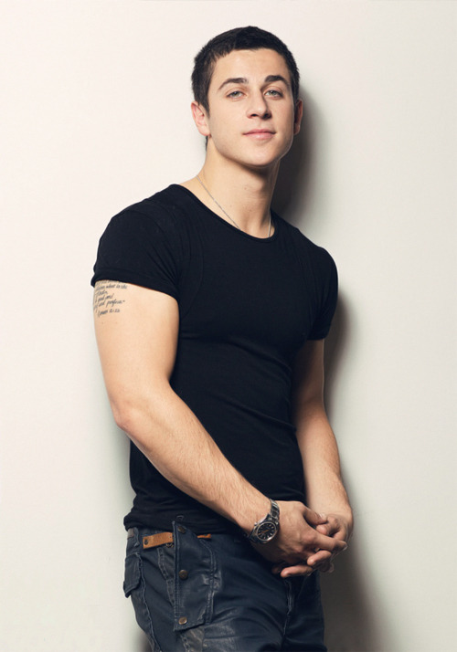 pixelgay:  sexymalecelebrities:  David Henrie  he got cute