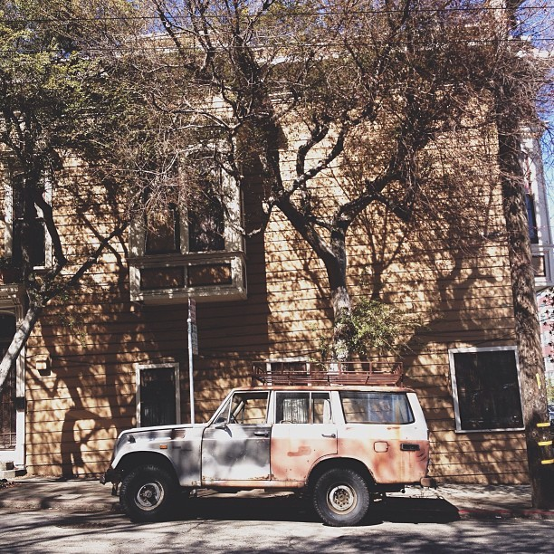 #vintage #rustic #soloparking #tree #love #streeparking #suv #car #classic #architecture #vintagemotors #jj_forms #jeep #sanfrancisco #currently #life #moto #design #art #instagood #menswear #detail #color #igerssf (at Dogpatch)