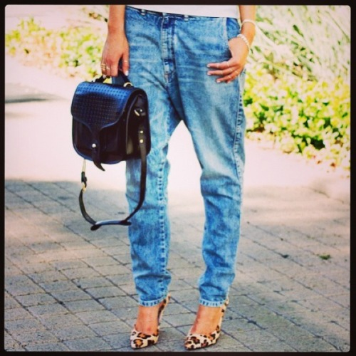 Blue jeans are the most beautiful things next to gondola. -  Diana Vreeland. (Boyfriend-jeans, leopard pumps and plain ol' tshirt)