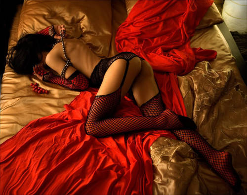 lingeriepassion:  red & gold(Via: Lingerie Passion)